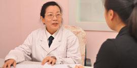 妇科专家刘靖珠为患者看诊