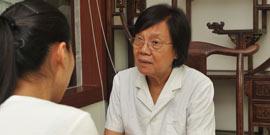 欧阳惠卿教授在为患者诊断
