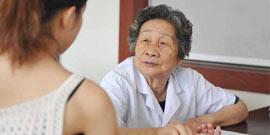 陈秀廉教授坐诊五洲国医堂为患者把脉