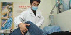 石俊峰主治医师正准备给患者做身体检查