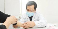 李继红主任检查患者的筋骨
