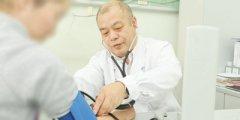 内科主任于日强在为求诊者测量血压