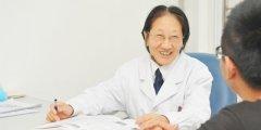 李川申主任用她的笑容感染着患者
