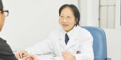 李川申主任在为患者解释病情