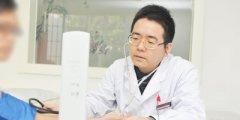 内科专家李海峰在认真查看患者血压