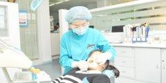 周丽琴医生为牙患治疗