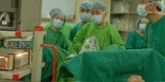 吴开俊教授和五洲泌尿外科专家一起为患者做手术