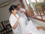 为患者进行康复引导训练