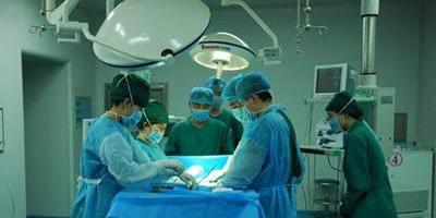 李逊教授在手术室给医生做应急手术讲解 深圳