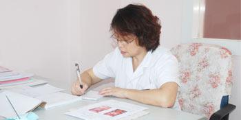 胡莉娟主任在为患者书写病历