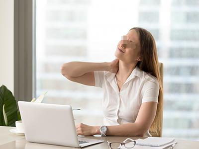 长期玩手机可致颈椎病 出现这四种表现要警惕
